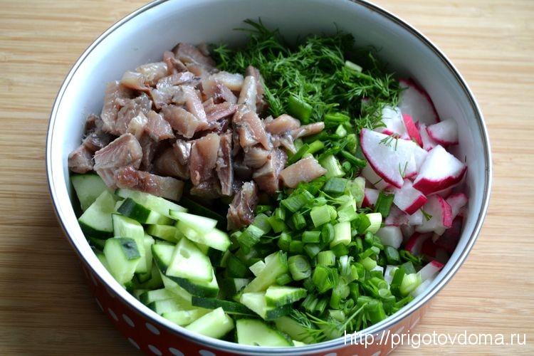 овощи и сельдь складываем в салатник
