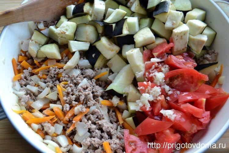 добавляем баклажаны, томаты и специи