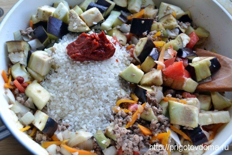 добавляем рис и томатную пасту