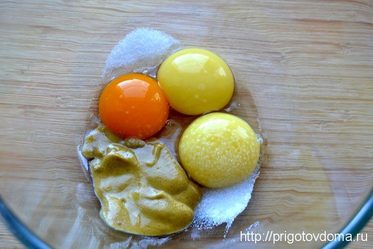 складываем ингредиенты майонеза в миску