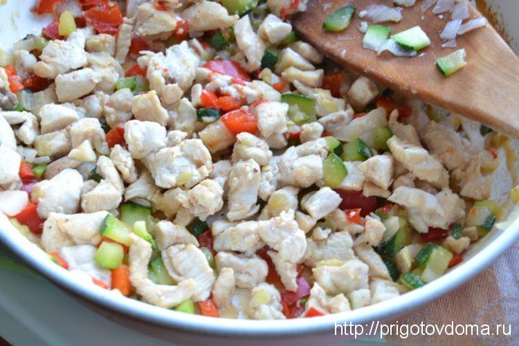 обжариваем курицу с овощами