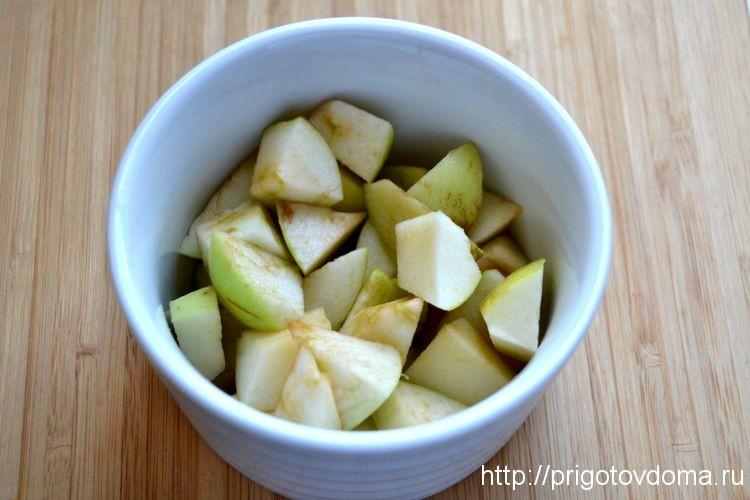 на дно формы кладем яблоки