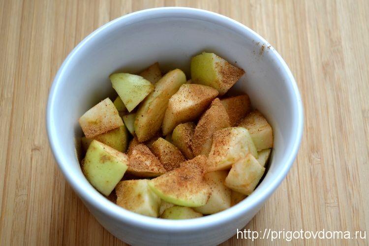 посыпем яблоки корицей