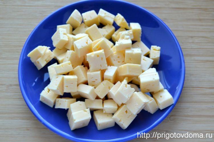 нарезаем кусочками сыр