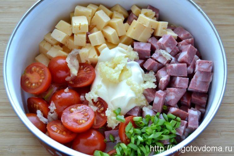 кладем в салатник все ингредиенты