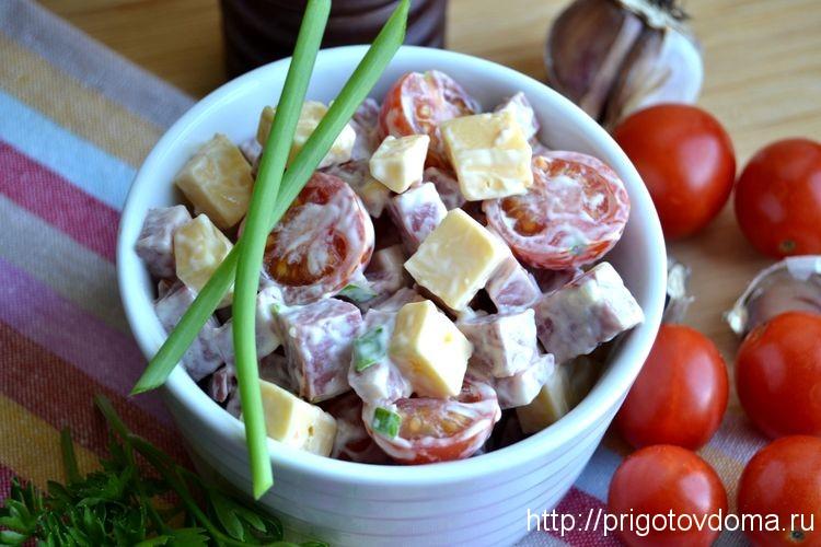 Салат с копченой колбасой, сыром и помидорами
