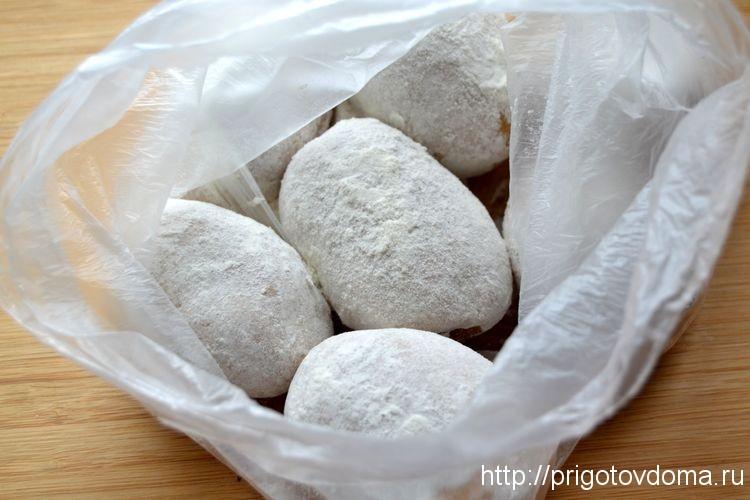 обваляем картофель в смеси муки и соли