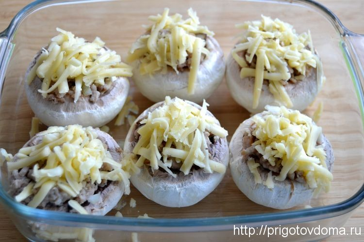 посыпаем грибы сыром