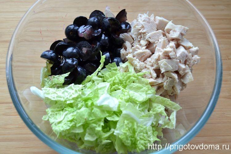 нарезаем виноград и пекинский салат