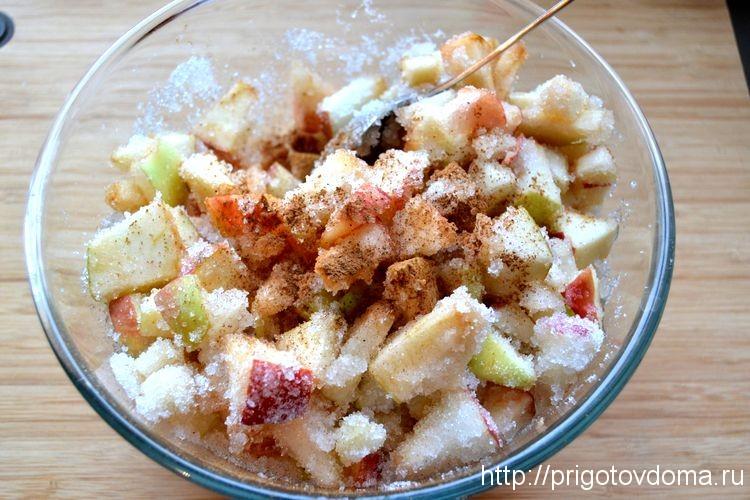 Нарезаем яблоки и посыпаем сахаром