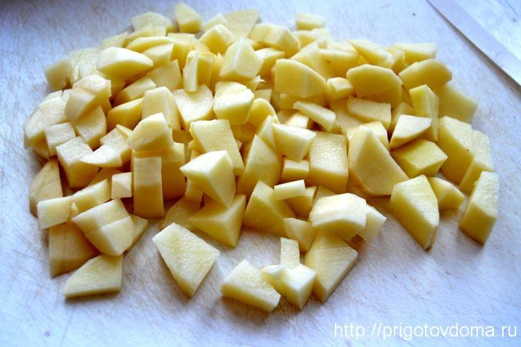 нарезаем картофель и добавляем в бульон