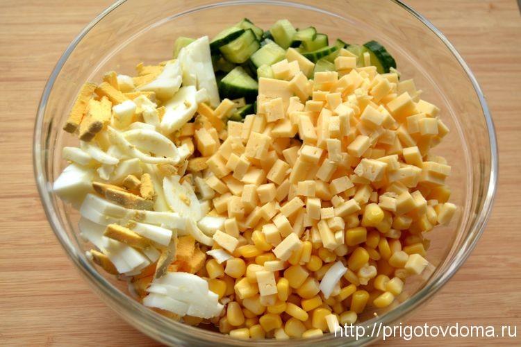 Добавляем яйца и сыр