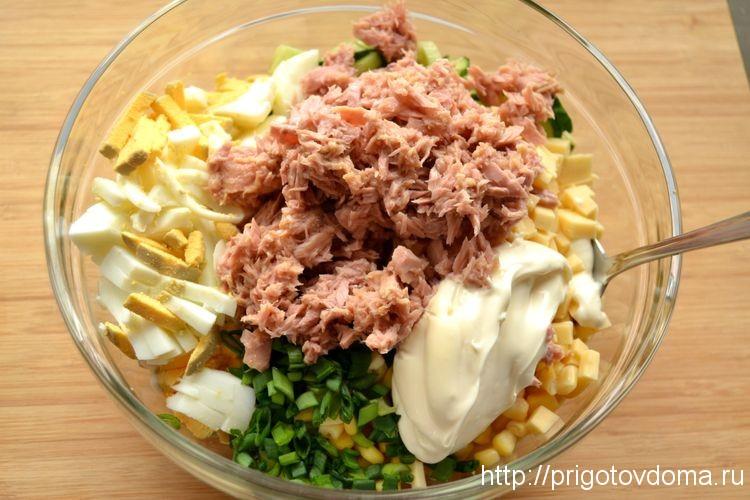 добавляем в салат тунца