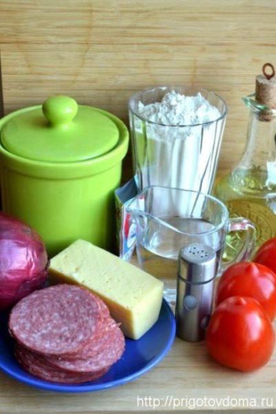 Ингредиенты для пиццы с колбасой и сыром