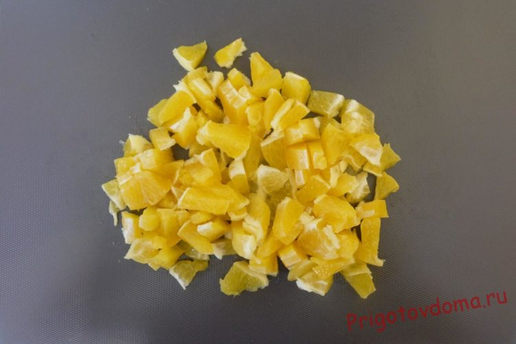 Каждую дольку апельсина разделяем на мелкие кусочки