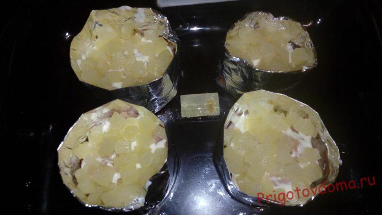 Поверх филе выкладываем кубики ананаса