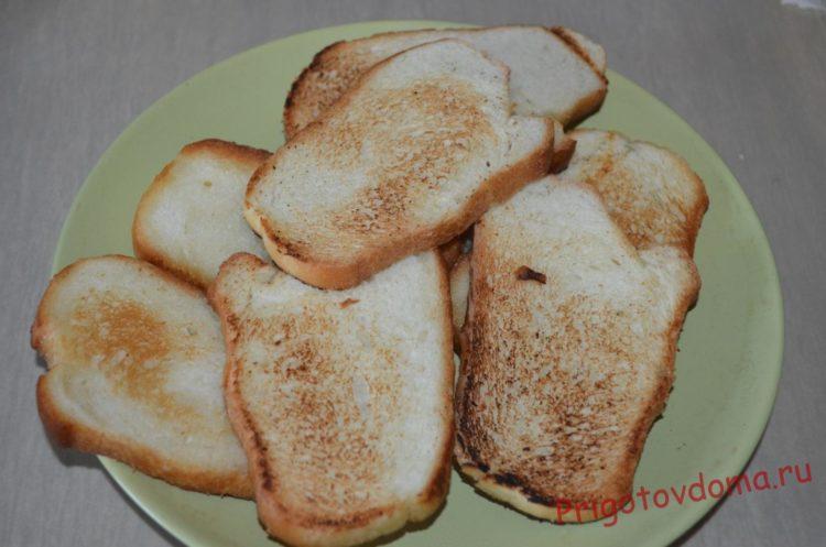 Складываем хлеб на тарелку