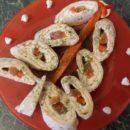 Выкладываем роллы с лососем и сыром в виде елочки