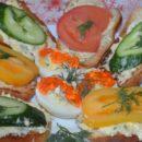 Закусочные тосты с помидорами и огурцами