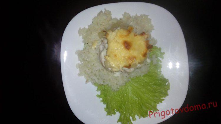 Запеченное филе выкладываем поверх риса