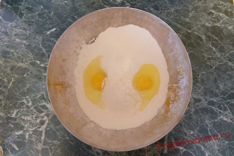 Добавляем в муку щепотку соли и 2 яйца