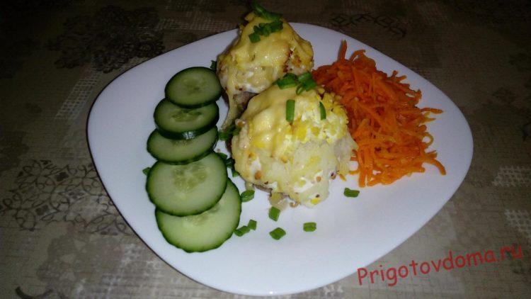 Подавать мясные колобки лучше всего в теплом виде со свежими овощами