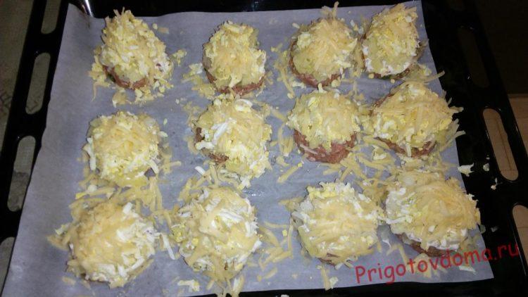 Поверх майонеза выкладываем тертое яйцо, картофель и засыпаем все натертым сыром.