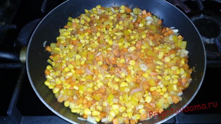 Добавляем консервированную кукурузу и все перемешиваем