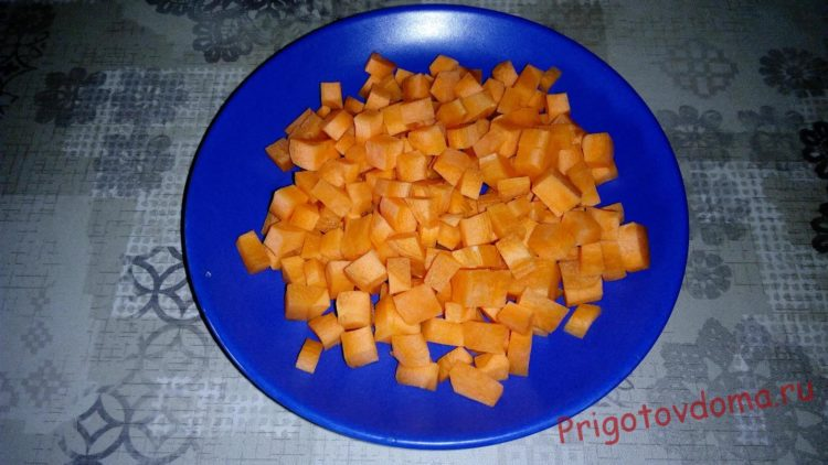 Морковь очищаем и нарезаем кубиками