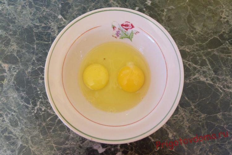 Разбиваем яйца в тарелку