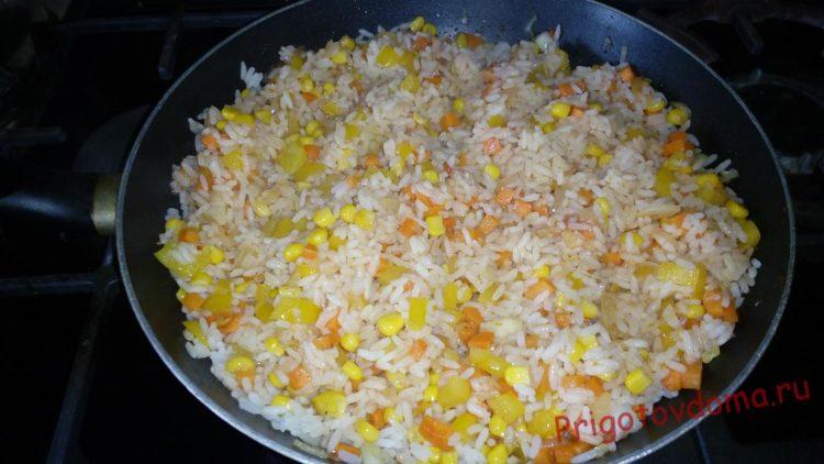 В овощную массу выкладываем сваренный рис и все перемешиваем