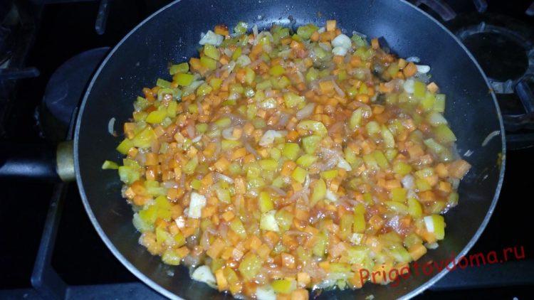 В овощную смесь добавляем несколько ложек томатного соуса обжариваем 5-6 минут