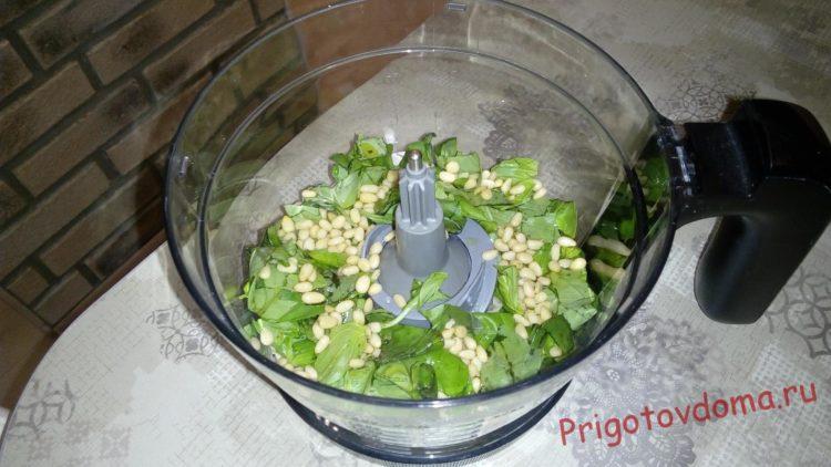 Добавляем кедровые орехи и 2-3 столовые ложки масла оливы