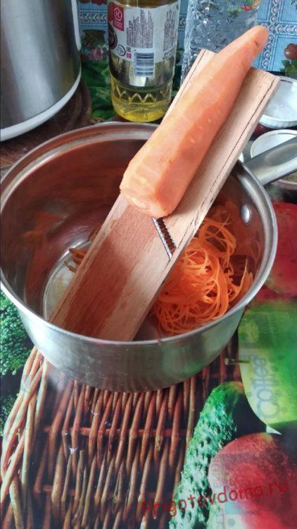 Натираем морковь на специальной тёрке