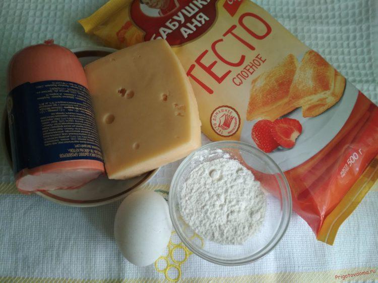 Слойки с колбасой и сыром из слоеного теста